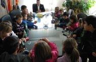Децата од прво одделение при ООУ ,, Ванчо Китанов '' во посета на локалната самоуправа