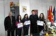 """Првонаградените на квиз-натпреварот """"Колку го познаваш сообраќајот"""" на прием при градоначалникот Поповски"""