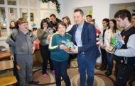 Градоначалникот Тренчовски додели пакетчиња за децата од најранливите категории