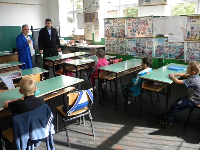 Учениците кои нови знаења стекнуваат посетувајќи го подрачното училиште Ванчо Китанов во селата Робово и Умлена денеска беа посетени од градоначалникот на општина Пехчево Игор Поповски.