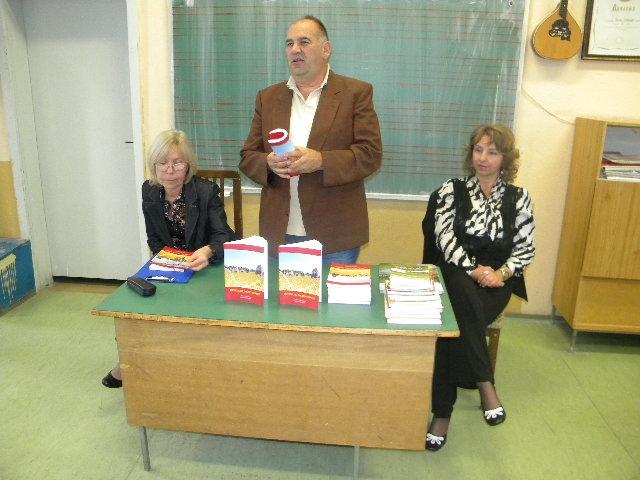 Октомври е месец на книгата. По тој повод ОУМБ ,, Кочо Рацин '' - Пехчево, подготви повеќе активности. Една од тие активности е промоција на книгата ,, Огреало јасно сонце '' од познатиот поет, публицист, а пред се новинар Киро Герасимов. Промоцијата се одржа во просториите на ООУ ,, Ванчо Китанов ''.