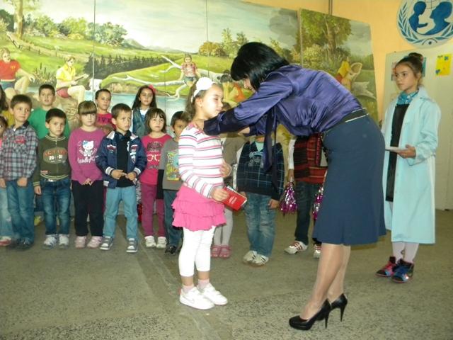 По повод Недела на детето и празникот 11 Октомври, денеска во основното училиште ,, Ванчо Китанов '', децата од петто одделение организираа свечена претстава за прием на првачињата во Светската детската организација.