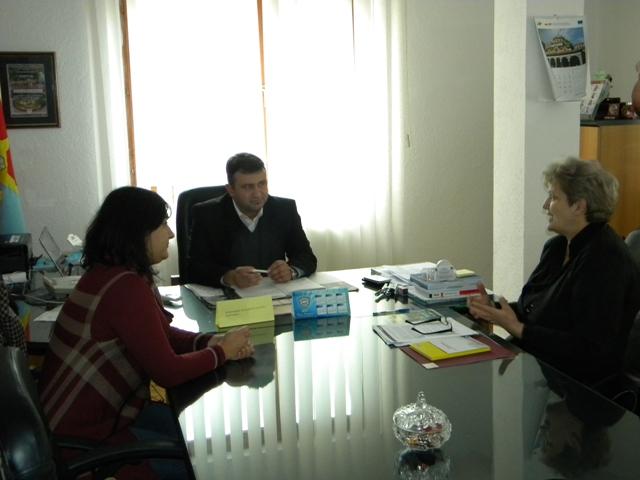 """По повод 25 Ноември """" Меѓународен ден за борба против насилство врз жените"""" делегација на Организацијата на жените на Пехчево (ОЖП) предводена од Претседателот на здружението Нада Симовска го посети Градоначалникот на општина Пехчево Г-дин Игор Поповски, со што започна со своите активности за одбележување на """"16 дена борба против семејното насилство""""."""