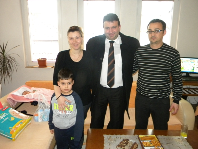 Градоначалникот на Пехчево, Игор Поповски  денес го посети првото новородено бебе во 2014 година во Пехчево. Првото бебе во Пехчево во новата година е девојче, тежи 3.620 грама, а долго е 50 сантиметри.