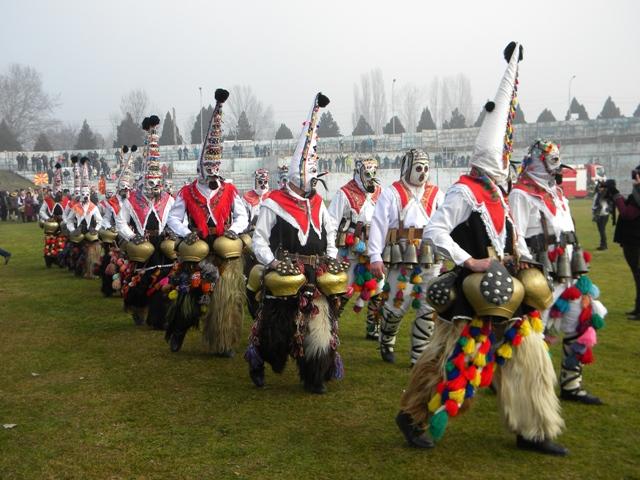"""Членовите на КУД """" Јане Сандански """" во рамки на меѓународната културна соработка со Република Бугарија, учествуваа на меѓународиот Традиционален фестивал на кукерските и маскарадни игри, во општина Симитли."""