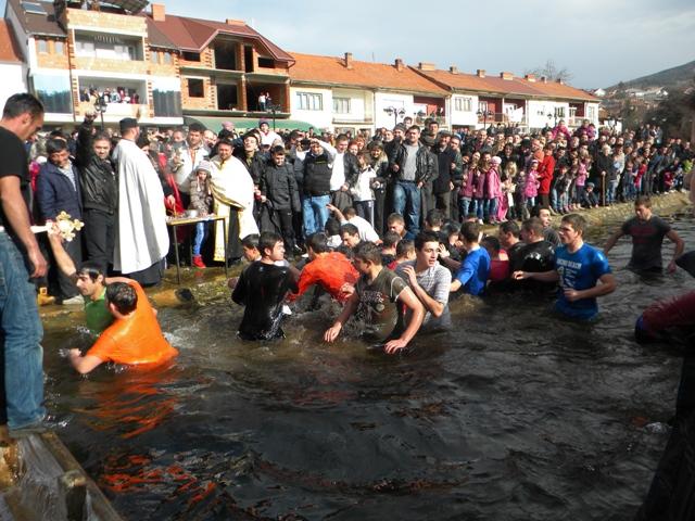 Дваесет и пет годишниот Стојан Митриновски од Пехчево беше најбрзиот и најсреќниот кој успеа да го фати осветениот крст во осветените води во реката Писа.