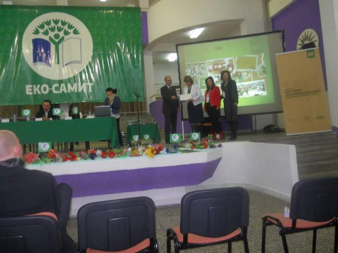 """По успешно спроведување на Програмата """"Интеграција за еколошката едукација во македонскиот образовен систем"""" градинката 7 Септември од Пехчево го освои сребреното знаме и го доби брендот Еко градинка."""