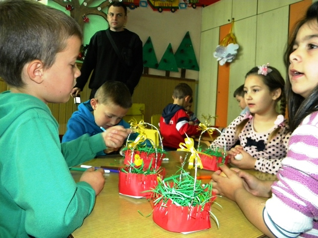 Велигденските празнувања носат голема радост за најмладите. Денес на велики четврток децата од детската градинка ,, 7 Септември '' со бојадисување и шарање на јајца, со изработка на прекрасни велигденски украси, со многу песни и радост го одбележаа денешниот ден.