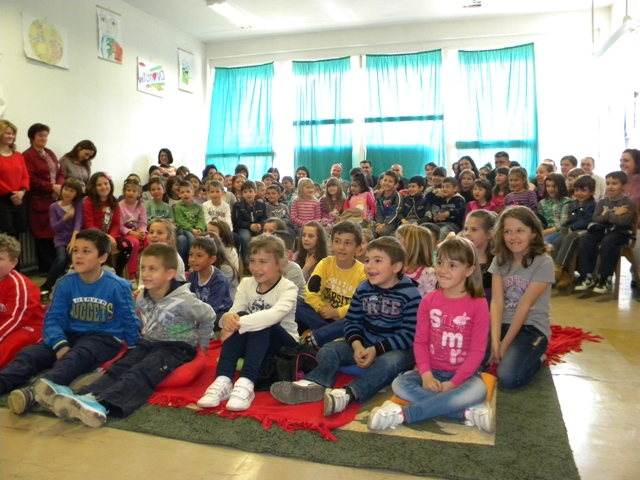 """Денеска тимот на Проектот на УСАИД """"Со читање до лидерство"""" заедно со актерите Амернис Нокшиќи и Гораст Цветковски, беше во посета на ООУ """"Ванчо Китанов"""" - Пехчево, како дел од Читачкиот караван на проектот, и одржаа заедничка активност со најмладите ученици под наслов """"Читањето и математиката се забавни""""."""