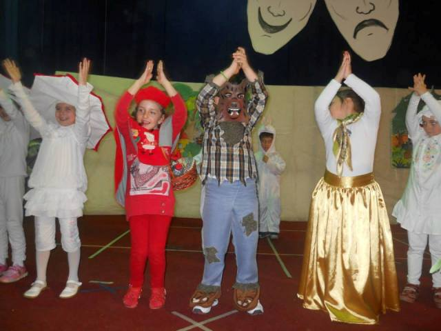 Детскиот џагор, смеата, песничките и игрите и оваа година за 1-ви април ја преполнија салата при домот на културата ,, Јане Сандански ''.