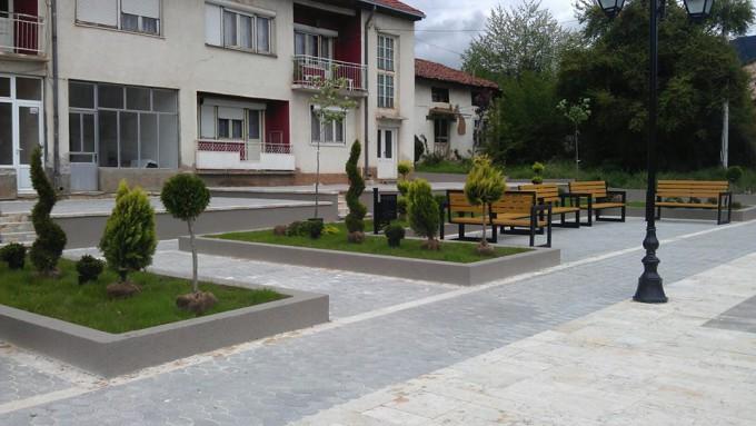 """Екипите на ЈКП """"Комуналец """" и ,, Равен '' го разубавија  плоштадот во центарот на градот со засадување на декоративни садници и цветен сезонски саден материјал и разни видови на украсни брички."""