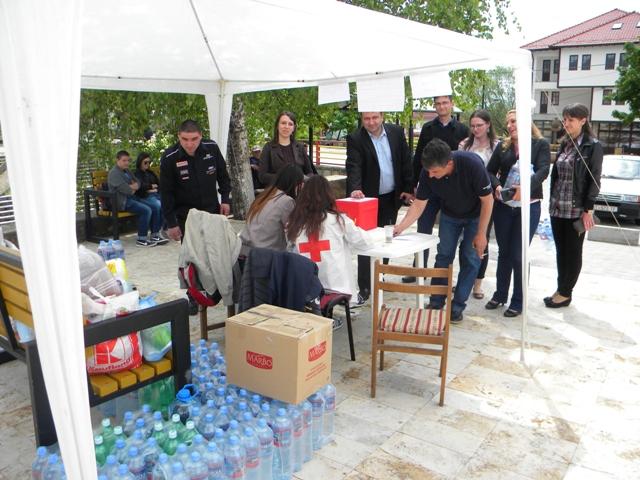 Во Пехчево на градскиот плоштад,  во моментот тече акцијата за собирање помош за настраданите во поплавите во Србија и БиХ.
