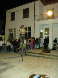 """Вчера на плоштадот во Пехчево, пехчевци, за прв пат можеа да уживаат во музичките и во акробатските точки на околу 10 артисти во рамките на деветтиот """"Баскерфест""""."""