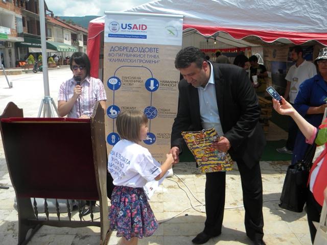 """Во рамките на проект на УСАИД - """"Општински стратегии за климатски промени"""" кој го имплементира Милиеуконтакт Македонија а локални партнери се Центарот за лековити билки и шумски плодови """"Амброзија"""" и општина Пехчево вчера, на 16.06.2014 година на градскиот плоштад во центарот на Пехчево се одржа настан – локална кампања посветена на климатските промени."""