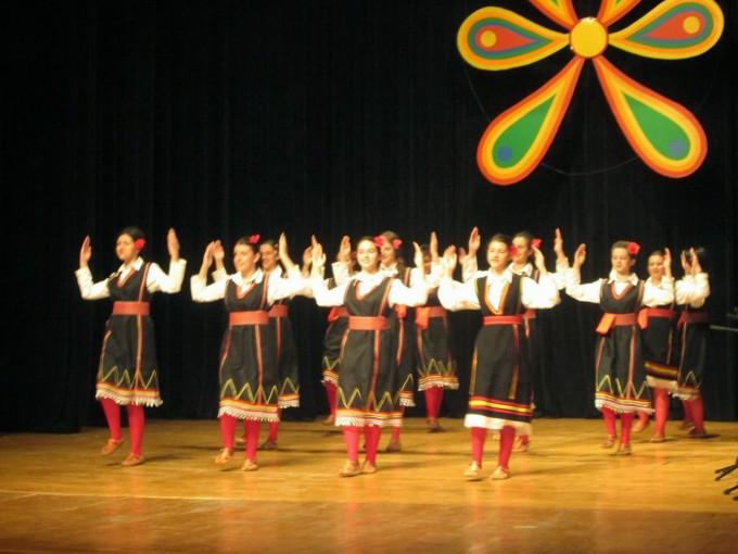 """Женската играорна група и народниот оркестар при Домот на културата ,, Јане Сандански """" - Пехчево во силна конкуренција и со орото,, Водарки """" го освоија првото место на Меѓународниот фестивал на ора и танци ,, Еделвајсите на Бугарија """" што се одржа во градот Банско, Република Бугарија."""