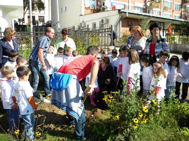 """Јавната детска установа """"7 Септември """" како еко градинка и општина Пехчево, се вклучуваат во акцијата """"Засади дрво за мир""""."""