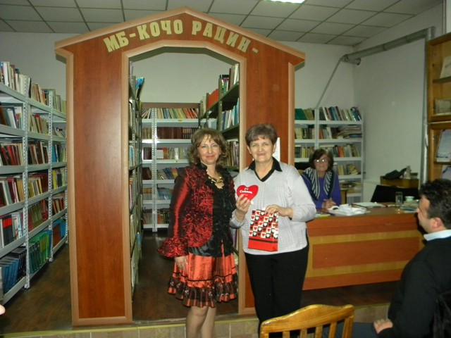"""Денеска во просториите на библиотеката""""Кочо Рацин"""" се одржа литературно читање наречено: """"Пладневна средба со Драгица Лазаровска""""."""