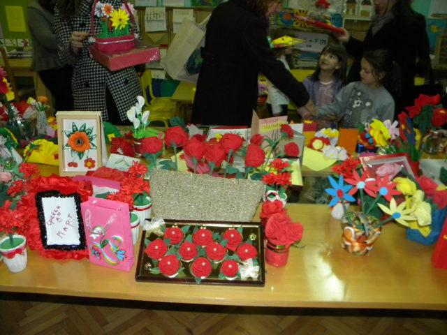"""Денес во просториите на ОЈУДГ ,, 7 Септември """" - Пехчево беше организирана продажна изложба за помош на децата со посебни проблеми во рамки на хуманитарно-едукативниот проект """"Од дете за дете"""""""