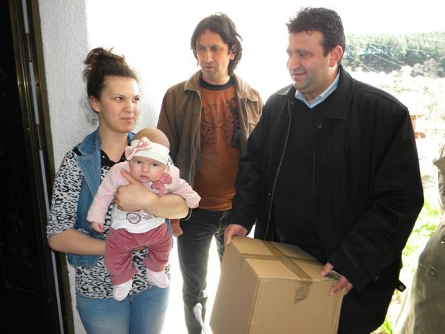 """Традиционално општина Пехчево во соработка со НВО ,, КХ АМ """" - Делчево и Здравствениот дом Пехчево , по повод недела на имунизација, организираше посета на семејствата на деца родени во периодот од април 2014 до април 2015 година."""