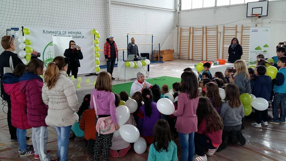 """Со многу забава, но и едукација за климатските промени, младите од Пехчево учеа за климатските промени и беа дел од еколошката училница на тркала во кампањата """"Климата се менува од нас зависи"""""""