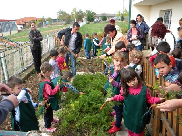 """По повод Светскиот ден на здравата храна, децата од градинката ,, 7 Септември """" - Пехчево, дечињата и вработените денеска се вклучија во одбележувањето на Светскиот ден на храната -16 октомври."""