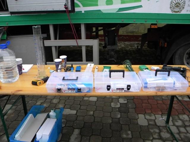 Еколошката училница на тркала на УСАИД денеска во Пехчево. Учениците директно се запознаа со лабораториската опрема во зелениот камион како дел од практичната настава за климатксите промени во рамките на проектот на УСАИД за општински стратегии за климатските промени спроведуван од Милеуконтакт Македонија.