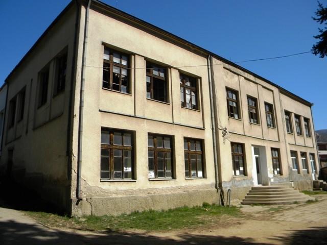 Старата училишна зграда во Пехчево, каде во 50-тите години на минатиот век се одвивала просветната дејност во оваа малешевска општина, а со години пропаѓа неискористена, конечно, ќе ја врати својата функција.