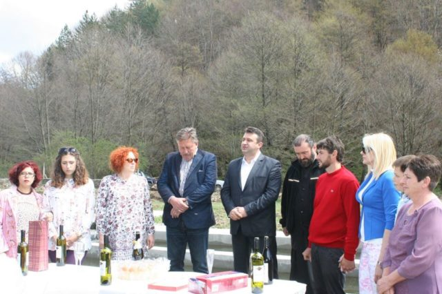 """Со пригодна програма сопствениците на рибникот, градоначалникот на општина Пехчево и други поканети гости во неделата го означија стартот на новиот рибник """"Малеш-Фиш"""", кој ќе произведува повеќе видови на пастрмка."""