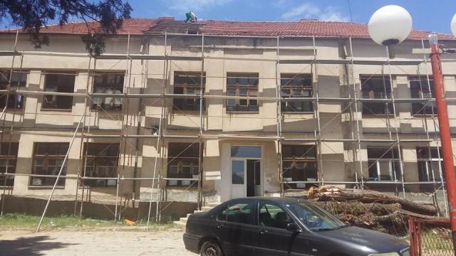 """Во Пехчево започна реконструкцијата на старата училишна зграда, каде ќе бидат сместени дисперзираните паралелки на беровската гимназија """"Ацо Русковски""""."""