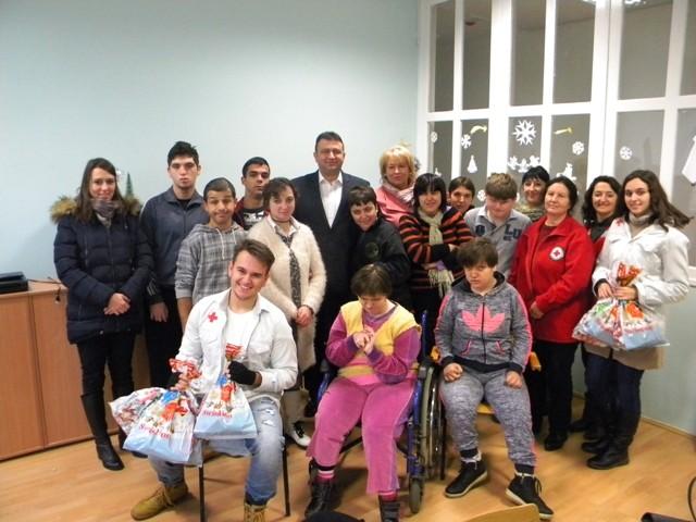 Градоначалникот на општина Пехчево Игор Поповски денеска го посети Дневниот центар за лица со посебни потреби и Центарот за лица без родители во Берово.