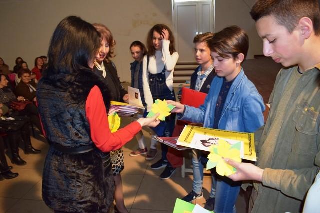 """Со подароци од книга и цвет на верните читатели, пехчевската библиотека """"Кочо Рацин"""" го одбележа светскиот ден на книгата и авторското право, 23 Април."""